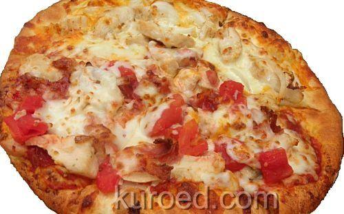 Итальянская пицца с помидорами, сыром и курицей