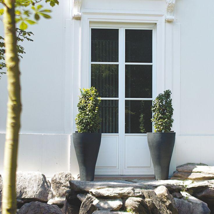Nowoczesna donica z kompozytu znakomicie udekoruje Wasz piękny ogród lub taras