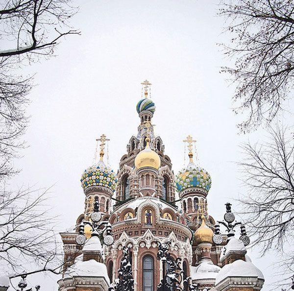 {POUPÉE RUSSE} Sortez la tête par fenêtre de votre cabine du Transsibérien pour une bouffée d'air frais : devant vous, les rails à perte de vue et la forêt enneigée, puis soudain, les coupoles scintillantes de Saint-Pétersbourg se dressent au loin. Attendez tout de même encore un peu avant de sauter du train !  Une envie d'escale russe ?   Crédits Photo : debourbon