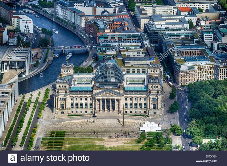 aerial-view-reichstag-building-platz-der-republik-square-government-DGX33H.jpg (1300×953)