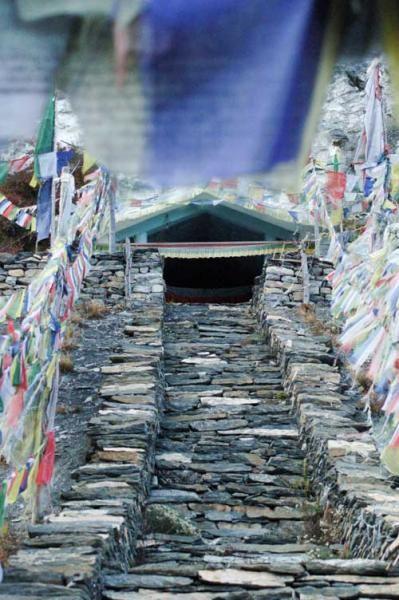 Banderas de oración en un templo budista del Valle de Manang.
