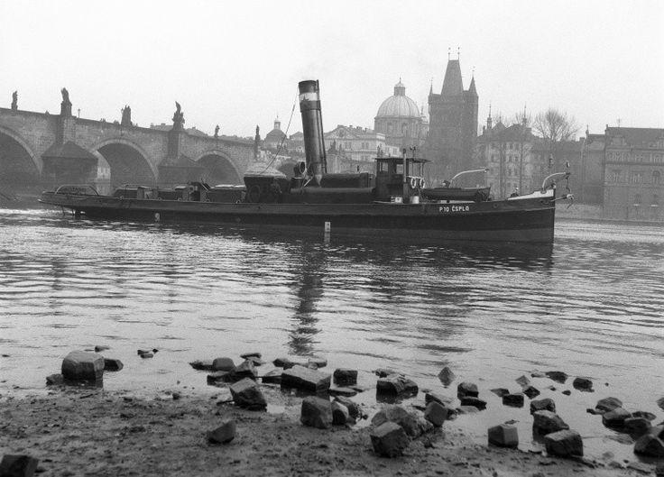 Remorkér pod Karlovým mostem (64-1) • Praha, 1958 •   černobílá fotografie, loď, Karlův most, Vltava  • black and white photograph, Prague 