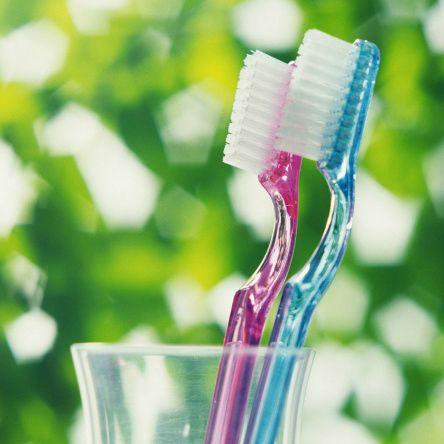 К каждому человеку со временем приходит понимание того, то красивая улыбка и здоровье зубов – это дорогое удовольствие. А ведь все эти ценности порой зависят только от одной вещи – правильной зубной щетки. Она может не только избавить нас от лишних стрессов, но и от расходов, сохраняя зубы здоровыми, а улыбку привлекательной. Продолжение на нашем сайте