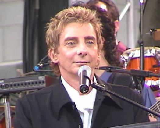 The BarryNet - Barry Manilow - The Shows - Manilow 2002 - Frame 8