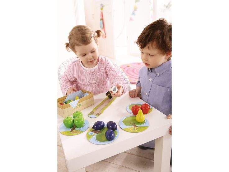 Haba 4655 Meine ersten Spiele - Erster Obstgarten. Der Klassiker als Variante für Kleinkinder. Ein aufregendes Würfelspiel mit dem Ziel, alle Früchte zu ernten, bevor der Rabe Theo den Garten erreicht. Fördert erstes Regelverständnis und das Benennen und Zuordnen von Farben.