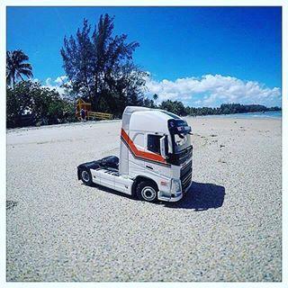 Volvo MOSS v Portoriku na plazi - dispecink se cinil diky @bronekzapletal! #mosslogistics #moss #plaz #beach #truckonthebeach #portorico #volvo #volvotruck #volvotruckmodel #hracka #ontheroad #naceste #dovolena #vacation #truckvacation #truckinglifestyle
