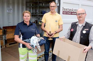 Marika Andersson på Vimmerby återvinningscentral tillsammans med Sören Sjöholm, Lions och Conny Johansson, Erikshjälpen Second hand, puffar för nya avdelningen för återbruk, där man kan lämna användbara prylar som sedan insamlingsorganisationerna tar hand om och säljer. Intäkterna går till välgörenhet.