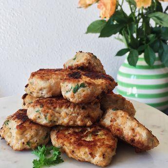 Kyllingefrikadeller smager fantastisk. Denne opskrift på kyllingefrikadeller er med hytteost, urter og gulerod, der er en sikker vinder hos familien altid.