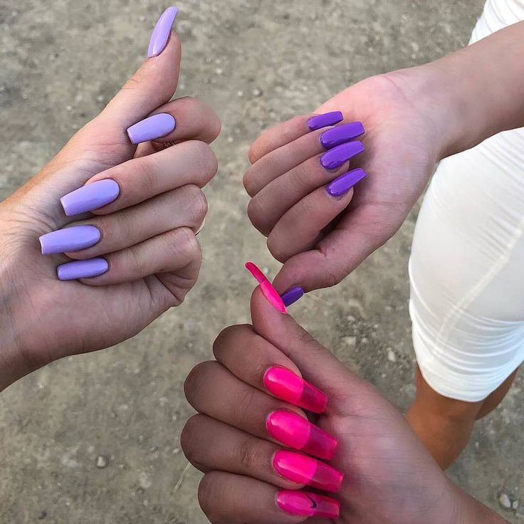 Les ongles aux designs les plus fous, mats, chrome, tout ça on connaît, mais la dernière tendance en matière d'ongles pourrait bien être la plus fun ! Bien que le concept existe depuis un certain temps, la demande a explosé depuis que la papesse de la beauté Kylie Jenner s'est affichée avec une série – Emma💜