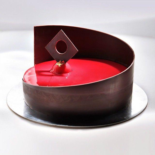 """Cake with bananas and chocolate. Decor dark chocolate and red mirror glaze. Это тот случай, когда торт делаю ради декора. Внутри остатки от предыдущего…"""