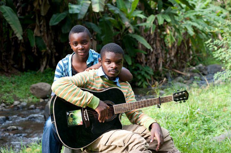 Tanzania - In muziek wordt er vaak over liefde en verliefdheid gezongen. X Plastaz is één van de populairste hiphopbands van Tanzania. De groep heeft zes bandleden: twee broers en twee zussen van de Rutta-familie en twee vrienden.  De taal waarin X Plastaz rapt is een mix van Afrikaanse talen: Swahili, Haya en Maa. Ook de muziek is een mengsel van muziekstijlen uit verschillende landen.
