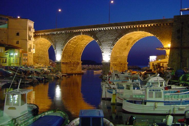 Marseille - Pont du Vallon des Auffes - Le vallon des Auffes est un petit port de Marseille de pêche traditionnelle du quartier d'Endoume dans le 7e arrondissement de Marseille. Il se situe à 2,5 km au sud-ouest du Vieux-Port par la corniche Kennedy, entre la plage des Catalans et l'anse de Malmousque. Read more on wikipedia: https://fr.wikipedia.org/wiki/Vallon_des_Auffes