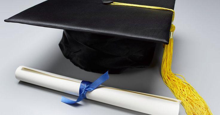 Cómo escribir una tarjeta de felicitación para un graduado . Ya sea para jardín de infantes, escuela secundaria, universidad o el ejército, las graduaciones son ocasiones especiales para el reconocimiento de los logros más importantes. Para celebrar el acontecimiento, la familia y los amigos se reúnen para ofrecer felicitaciones a los graduados y suelen llevar una tarjeta con dinero como regalo. Mientras se ...