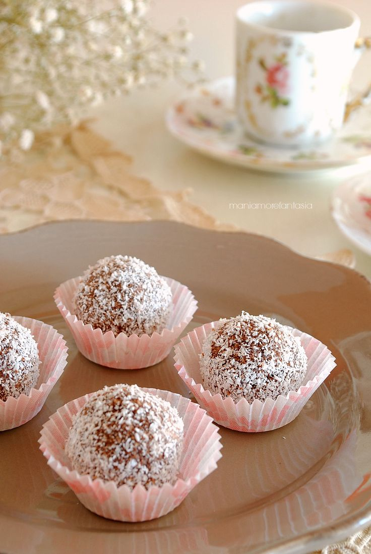 Coconut balls with cocoa, rhum and ricotta / cottage cheese (in Italian)