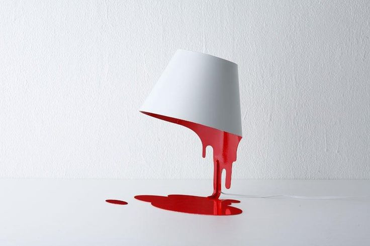 Una lata que derrama la pintura.