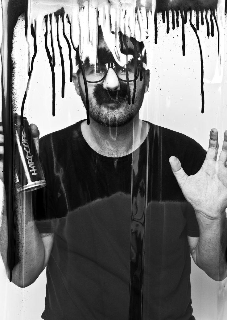 Foto di Emanuele Scilleri. Mr. Savethewall è un artista di origini comasche che utilizza la tecnica dello stencil per realizzare opere pittoriche su supporti semplici o di largo consumo, come cartone, legno, metallo o materiali di riciclo. La sua è un'arte di disturbo che suggerisce idee e messaggi ironici, provocatori e dissacranti nei confronti di tematiche sociali, politiche e della più scottante attualità.   http://www.artcompanyitalia.com/artisti/20/mr-savethewall…