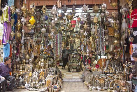 De Place Djemaa El Fna is een plein waar je de bekendste souk ofwel markt van Marrakech (Marokko)  kunt vinden. Hier kun je in de avond mooie kleden, kruiden en lekkernijen kopen.