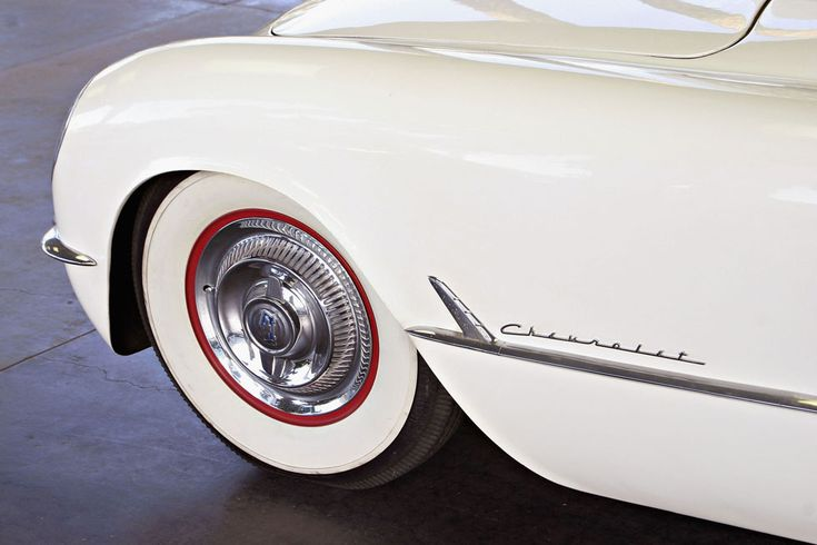 IlPost - Il dettaglio di una Corvette del 1953 nella sua colorazione originale: bianca con interni rossi. (Giulio Marcocchi/Getty Images) - Il dettaglio di una Corvette del 1953 nella sua colorazione originale: bianca con interni rossi. (Giulio Marcocchi/Getty Images)