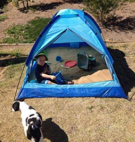 Du suchst einen cleveren Sandkasten fürs Kind an heißen Sommertagen? Baue den Sandkasten in ein Zelt, dann sitzt es immer im Schatten und nachts kannst Du es zumachen, damit Tiere nicht reinkacken. | 33 geniale Lifehacks, die Du wirklich nützlich finden wirst