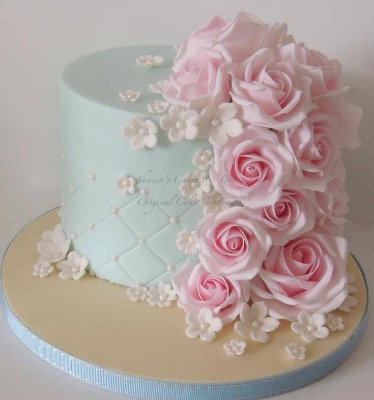 Roses on a beautifully fitted fondant cake