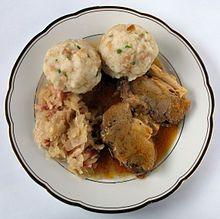 Schweinsbraten mit Semmelknödel und cabbage