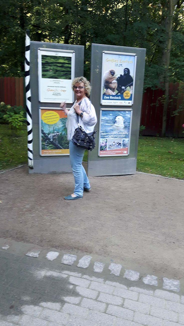 Hanka freut sich über das Plakat unserer Ausstellung im Rostocker Zoo (c) Frank…