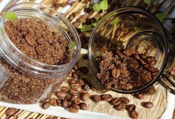 Кофейный скраб для ног.  3 ст.л. молотого кофе 1 ст.л. морской соли 1 ч.л. измельченной корицы  Полученную смесь разбавить растительным маслом до кремообразной консистенции. Скраб наносить на кожу ног и массировать 2-3 минуты.