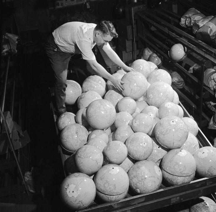 IlPost - Mappamondi - Mappamondi fabbricati da Replogle, la più grande azienda produttrice di mappamondi al mondo, in una foto del 1955. Replogole fu fondata nel 1930 a Chicago da Luther Replogle, che costruiva i mappamondi a mano nel suo appartamento servendosi di cartine provenienti dall'Inghilterra. (George Pickow/Three Lions/Getty Images)