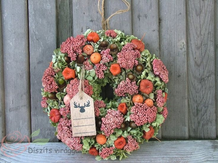 Ajtódísz a legszebb őszi termésekkel és száraz virágokkal hortenzia alapon.