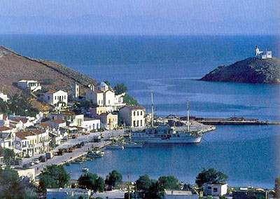 Η Κορρησία (ή Λιβάδι) με το φάρο του Αγίου Νικολάου απέναντι.