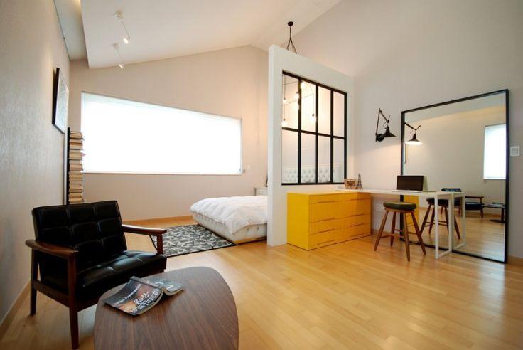 높은 천장이 유난히 빛나는 공간입니다. 창문이 달린 가벽을 경계로 침실과 생활공간이 나누어집니다.