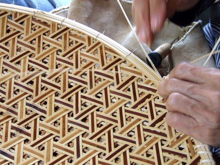 Takami Yasuhiro : Bamboo splints are created using traditional tools and methods. Splinting and matching the width of the splints is an exacting process. The beauty of a woven basket is lodged in each splint. Photo  - Chikuseikan