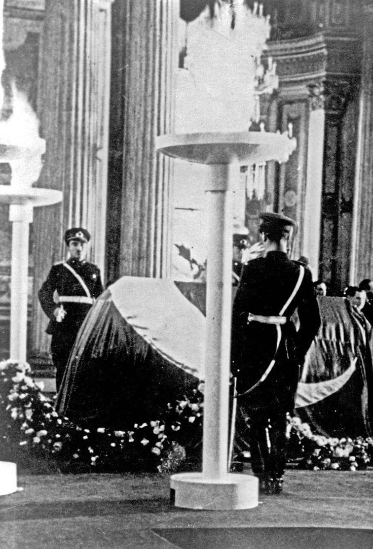 Atatürk'ün tabutu Dolmabahçe'de.