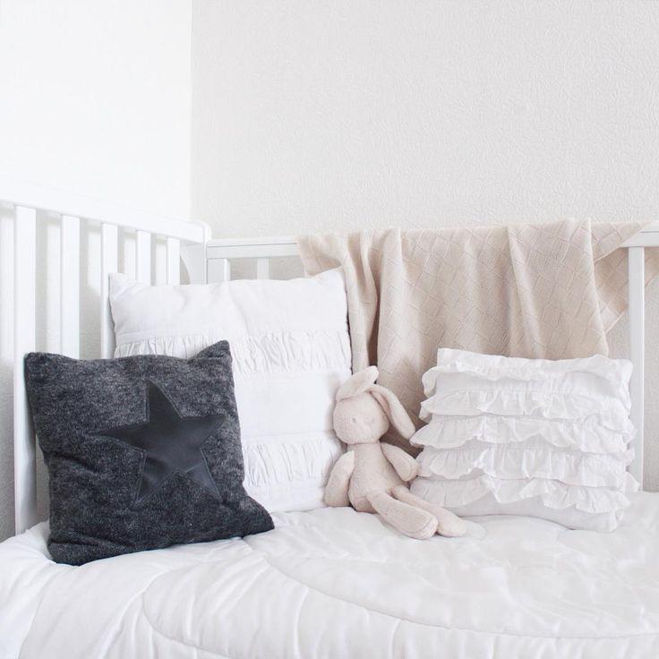Оформление детской кроватки.  #children's #room #scandinavian #style #interior #details #inspiration #вдохновение #детская #комната #скандинавский #стиль #интерьер #подушки