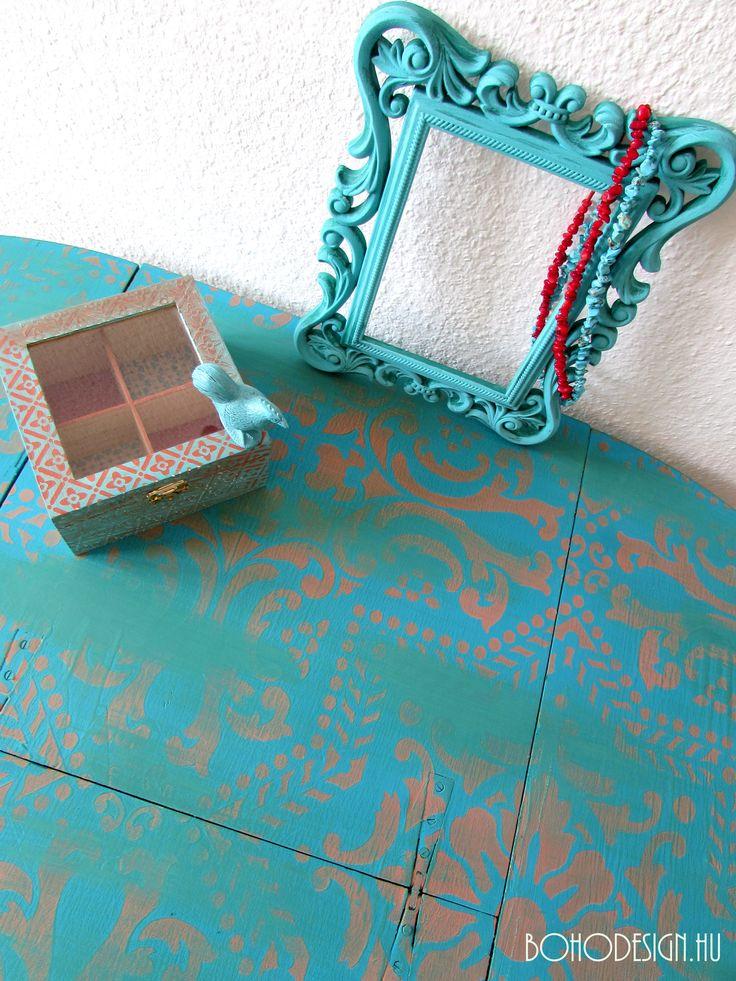 Stencillel festett asztal, képkeret és teatartó. Türkiz-korall színekben, szárazecset technikával készült.