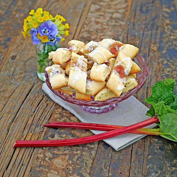 Spröda, goda småkakor med rabarberkompott och glasyr.