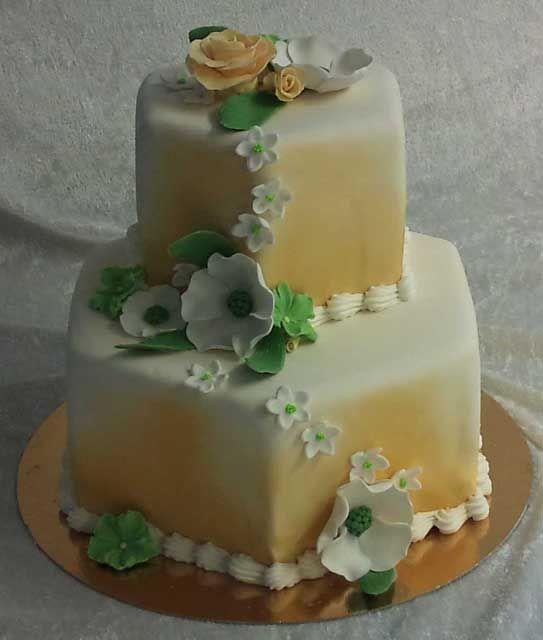 Med effekt av guldfärg på sprayburk blev en enkel tårta riktigt läcker! #våningstårta #stackedcake #festtårta #bröllop #bröllopstårta