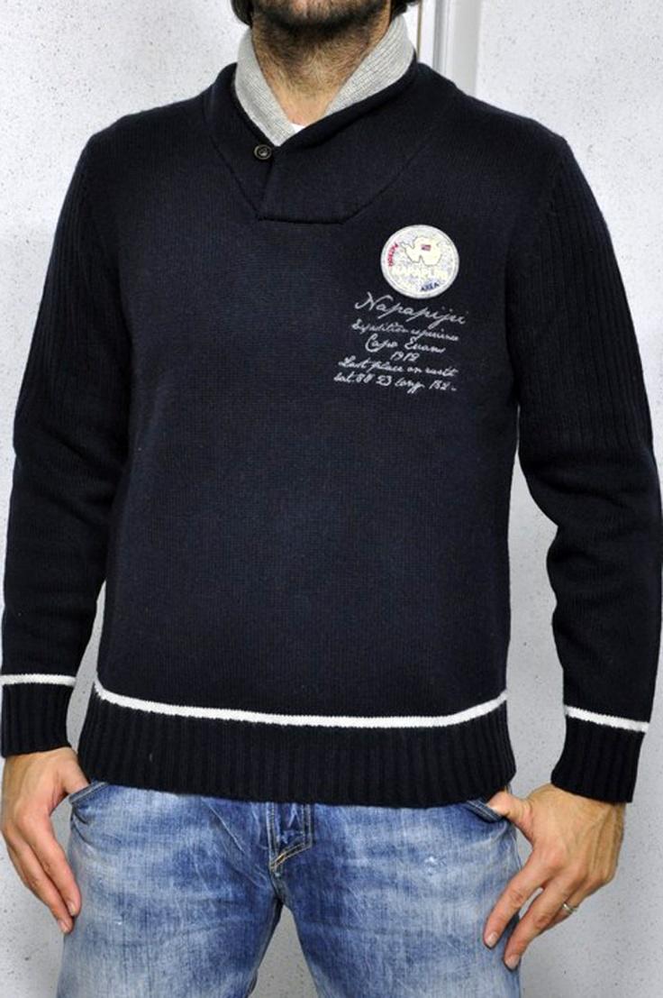 Maglia Napapijri blu, con dettagli in grigio e bianco. Scritta e logo sulla parte frontale. Collo alto con bottone.