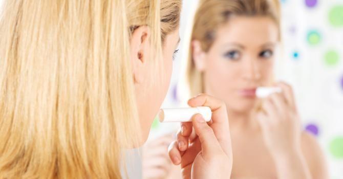 Comment faire un baume à lèvres maison ? : http://www.fourchette-et-bikini.fr/beaute/comment-faire-un-baume-levres-maison-34571.html