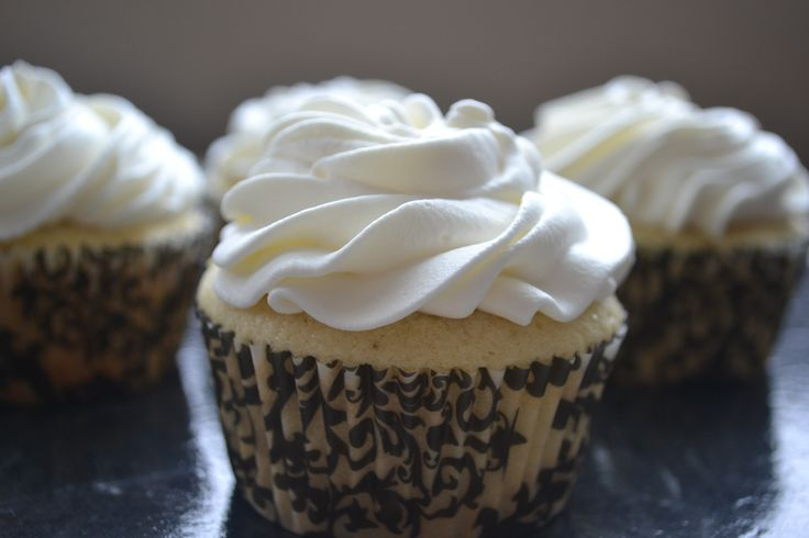 Banana Cream Cupcakes - fill w chocolate frosting instead, top w whip cream and banana slice