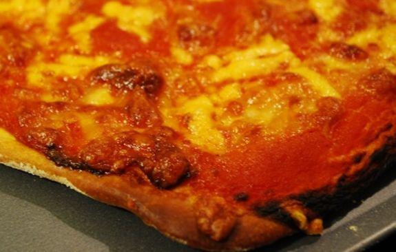 La sostituzione del lievito con cremor tartaro e bicarbonato è adatta a chi è intollerante ai lieviti e vuole comunque mangiare pizza.
