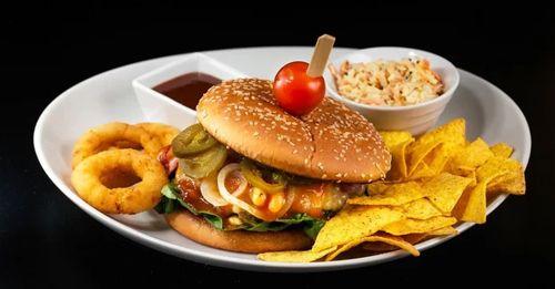 jeden z najlepších burgrov na zlavomate! Blac out, ideme si po teba :)  https://www.zlavomat.sk/zlava/561421-mexico-burger-a-pivo-0-5-l-staropramen