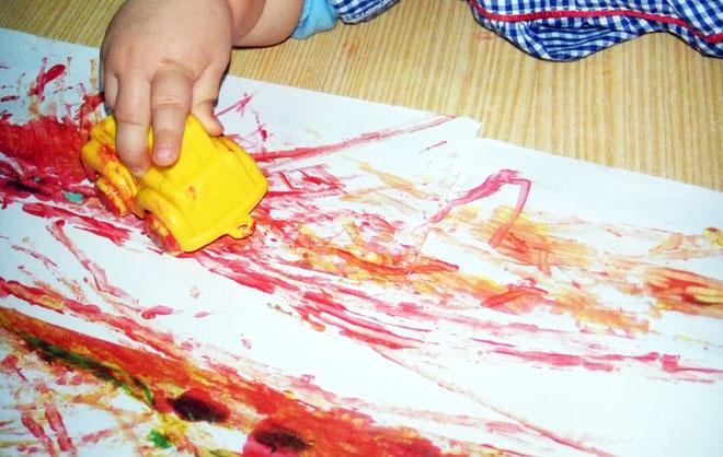 pintura com carrinhos de brincar