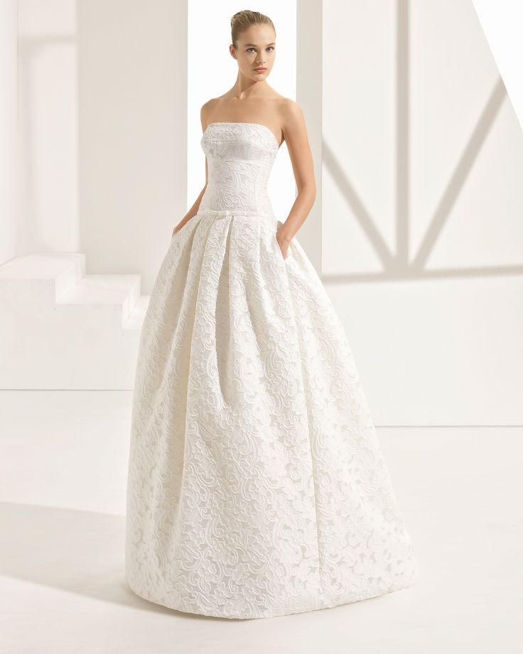 Vestido de noiva estilo clássico de jacquard, com decote caicai e bolsos. Coleção 2018 Rosa Clará Couture.