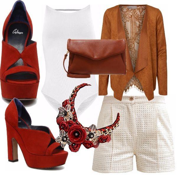 Body a costine bianco con pantaloncino corto a vita alta troforato, blazer scamosciato cuoio, il tutto abbinato ad una scarpa un po' vintage color rosso aranciato.