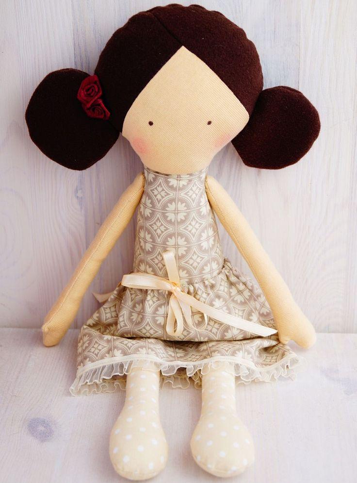 Lalka z różą we włosach.