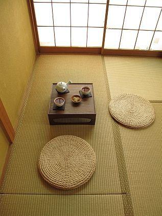 Relaxing and cozy atmosphere-Tea corner. פינת תה אינטימית ומרגיעה- מורכבת ממשטחי טאטמי וריהוט מנימליסטי.