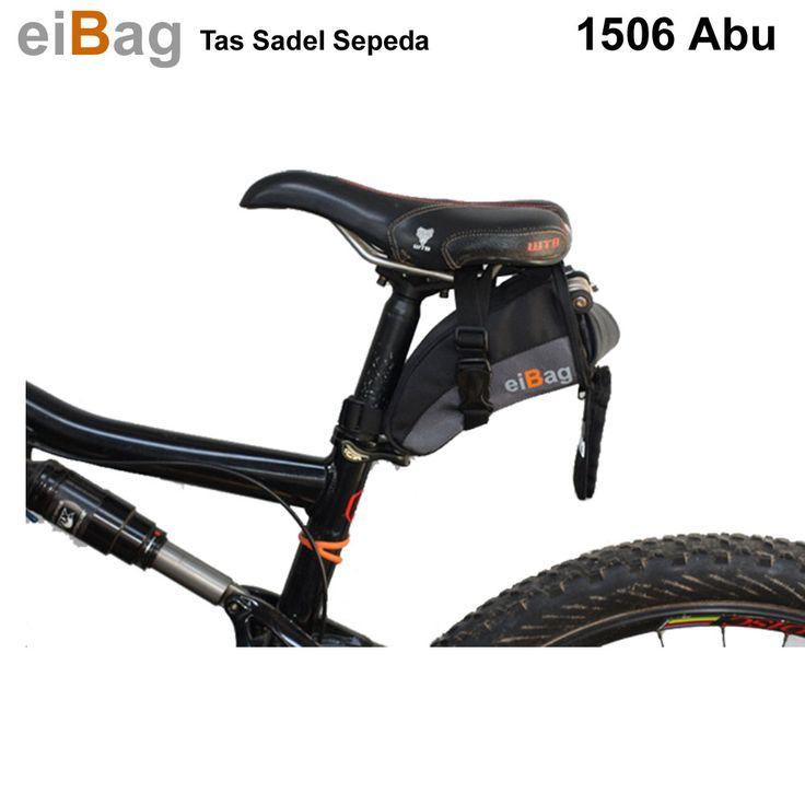 Tas sadel sepeda EIBAG 1506 abu dalam keadaan terpasang pada sadel sepeda. Memasangkannya menggunakan tali webbing yang kuat dan tebal. Tas sadel sepeda ini bisa kita gunakan untuk menyimpan ban cadangan, atau untuk menyimpan tools. Bahan yang digunakan adalah jenis dolby warna hitam dan variasi abu tua.