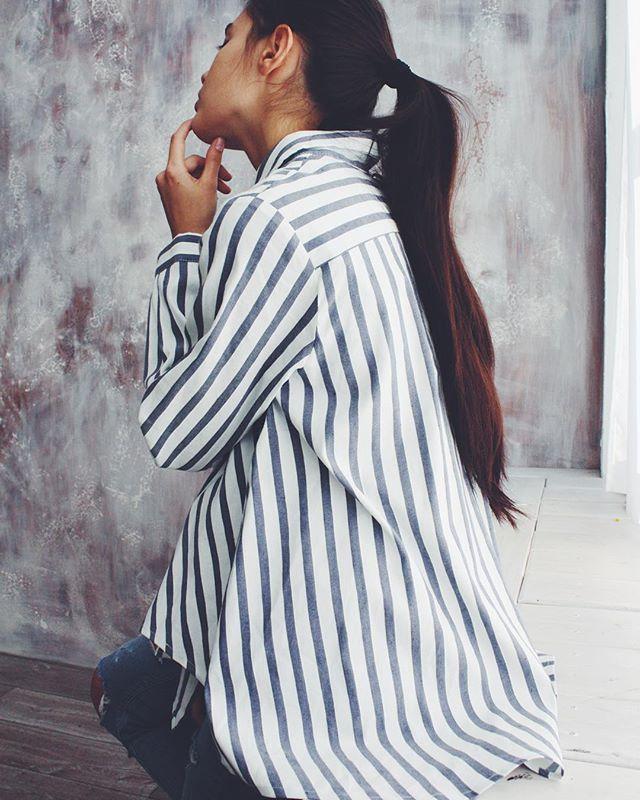Полосатая рубашка #переполох свободного кроя может быть основой как повседневного образа, так и делового ☝️ Комбинируй её с джинсами или строгими брюками
