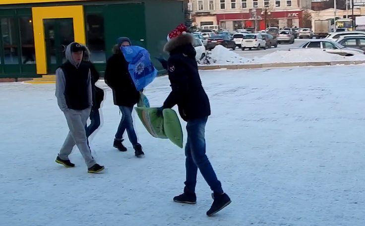 Розыгрыш «Бой подушками» в Уфе  http://ufa-room.ru/rozygrysh-boj-podushkami-v-ufe-79169/  Посмотрим, легко ли заставить случайных прохожих вступить в смертельный бой на подушках?